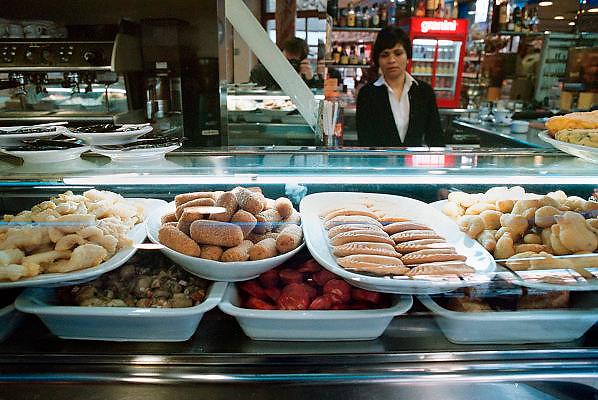 Spanje, Barcelona, 10-1-2004..Tapas staan in een bar, restaurant, klaar om gegeten te worden. hapje, lunch, eetgewoonte, voedsel, hygiene, horeca...Foto: Flip Franssen