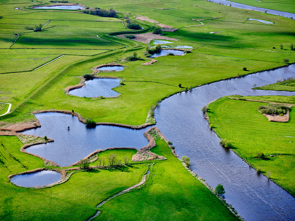 Nederland, Overijssel, gemeente Zwartewaterland; 07-05-2021; Overijsselsche Vecht (Overijsselse Vecht), tussen Langenholte en Genne. De rivier mondt uit in het Zwarte Water.<br /> Overijsselse Vecht, between Langenholte and Genne. The river flows into the Zwarte Water.<br /> <br /> luchtfoto (toeslag op standard tarieven);<br /> aerial photo (additional fee required)<br /> copyright © 2021 foto/photo Siebe Swart