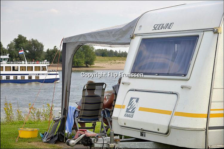 Nederland, Gendt, 1-8-2015Kamperen bij de rivier,water. Op vakantie in eigen land. Een rondvaartboot voor de rivier, de Prinses Juliana, vaart juist voorbij met dagjesmensen.Foto: Flip Franssen/Hollandse Hoogte