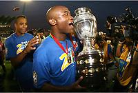 Bildnummer: 02967405  Datum: 15.07.2007  Copyright: imago/PanoramiC<br /> Kleber (Brasilien) präsentiert die Trophäe für den Sieg bei der Copa America 2007- PUBLICATIONxNOTxINxFRAxITA (pan21253); Nationalteam, Nationaltrikot, de Carvalho Correa, Vdig, quer, Aufmacher, Jubel, Siegesjubel, Sieg, Sieger, Pokal, close, Fotograf, Sportfotograf, feier, Siegesfeier, feiern, Copa America 2007, Südamerika, Südamerikameisterschaft, Amerika Meisterschaft, Finale, Endspiel Maracaibo Freude,  Fußball Länderspiel Herren Mannschaft Gruppenbild optimistisch Randmotiv Werbemotiv Personen Objekte