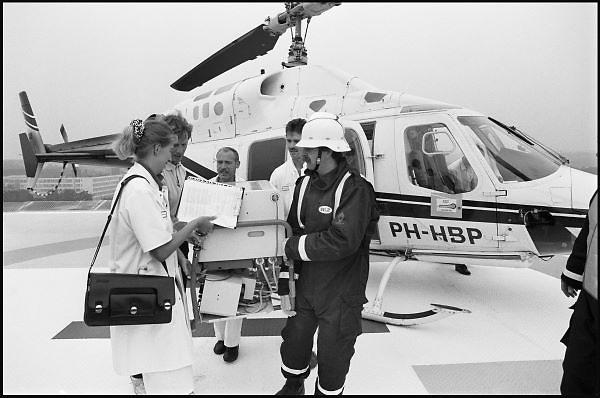 Nederland, Nijmegen, 15-9-1989Eerste vlucht van een helicopter met mobiele couveuse op het helidek van het UMC St Radboud. Later wordt het landen en opstijgen van een traumahelicopter een normale verschijning bij het ziekenhuis.Foto: Flip Franssen/Hollandse Hoogte