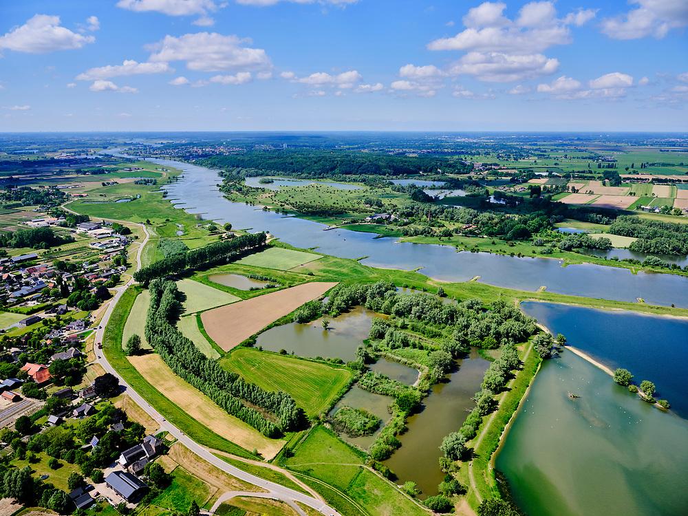 Nederland, Gelderland, Gemeente Neder-Betuwe.; 27-05-2020; Nederrijn bij Opheusden, Rijnbandijk (winterdijk). Na het hoogwater van 1995 is de dijk versterkt en verbeterd. Recreatiegebied Maneswaard.<br /> Lower Rhine near Opheusden, Rijnbandijk (winter dyke). After the high water in 1995, the dyke was strengthened and improved. Nature and recreation area Maneswaard.<br /> <br /> luchtfoto (toeslag op standard tarieven);<br /> aerial photo (additional fee required)<br /> copyright © 2020 foto/photo Siebe Swart