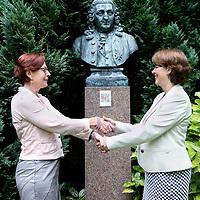 Nederland, Heemstede , 5 juni 2014.<br /> Yvon Abrahamsen en Els Heeremans.<br /> Els werkt in het Spaarne Ziekenhuis, Yvon in het KG en het gaat om wat ze delen. In hun geval de samenwerking in het Linnaeusinstituut en voor het Linnaeus Wetenschapsmagazine. Er staat een standbeeld van Linnaeus in de tuin<br /> Foto:Jean-Pierre Jans