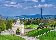 Święty Krzyż, 02-05-2019, Klasztor Misjonarzy Oblatów Maryi Niepokalanej Sanktuarium Relikwii Krzyża Świętego. Sanktuarium znajduje się na Świętym Krzyżu (Łysej Górze) na niższym wierzchołku Łyśca w Górach Świętokrzyskich. Jest to najstarsze polskie sanktuarium.