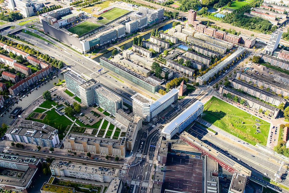 Nederland, Amsterdam, Amsterdam-West, 27-09-2015. Ring A10-West (Einsteinweg). Bruggebouw over de snelweg bij de Bos en Lommerweg overgaand in Burgemeester De Vlugtlaan. Bos en Lommerplein. Kolenkit.<br /> A10 Ring West (Einsteinweg), Bridge Building over the highway at Bos en Lommerweg.<br /> luchtfoto (toeslag op standard tarieven);<br /> aerial photo (additional fee required);<br /> copyright foto/photo Siebe Swart