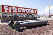 Een vuurwerkwinkel met daarvoor twee bommen.<br /> <br /> A fireworks store with two bombs in front of it.
