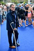 Opnamen van Dokter Deen bij Amsterdam City Swim 2017, een zwemtocht van 2017 meter door de Amsterdamse grachten. Het evenement heeft als doel aandacht vragen voor ALS en geld bijeen brengen voor deze meedogenloze en ongeneselijke ziekte. <br /> <br /> Op de foto: Edwin de Vries