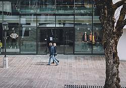 14.04.2020, Zell am See, AUT, Coronavirus in Österreich, im Bild ein Paar vor einem geschlossenen Geschäft nach der Quarantäne während der Coronavirus Pandemie // a couple in front of a closed shop after the quarantine period during the World Wide Coronavirus Pandemic in Zell am See, Austria on 2020/04/14. EXPA Pictures © 2020, PhotoCredit: EXPA/ JFK