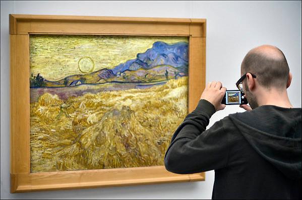 Nederland, Otterlo, 24-5-2014 De tentoonstelling en verzameling schilderijen van Vincent van Gogh in het Kröller-Müller Museum. Bezoekers, publiek, bekijken de werken. Foto: Flip Franssen/Hollandse Hoogte