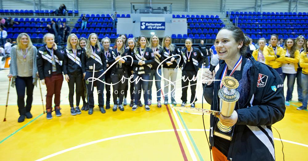 ROTTERDAM -  Amsterdam aanvoerder Kiki Collot d'Escury na de  finale zaalhockey om het Nederlands kampioenschap tussen de  vrouwen  van Amsterdam en MOP.  Amsterdam wint de finale en dus het Kampioenschap.ANP KOEN SUYK