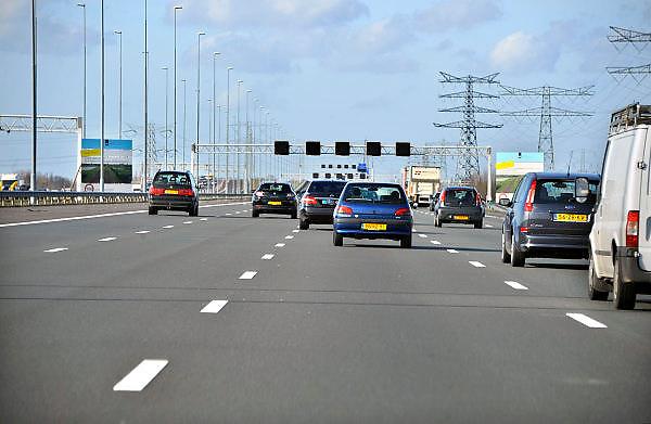 Nederland, A2, 11-3-2011Het verkeer op de A2 met vijf rijbanen.Foto: Flip Franssen/Hollandse Hoogte