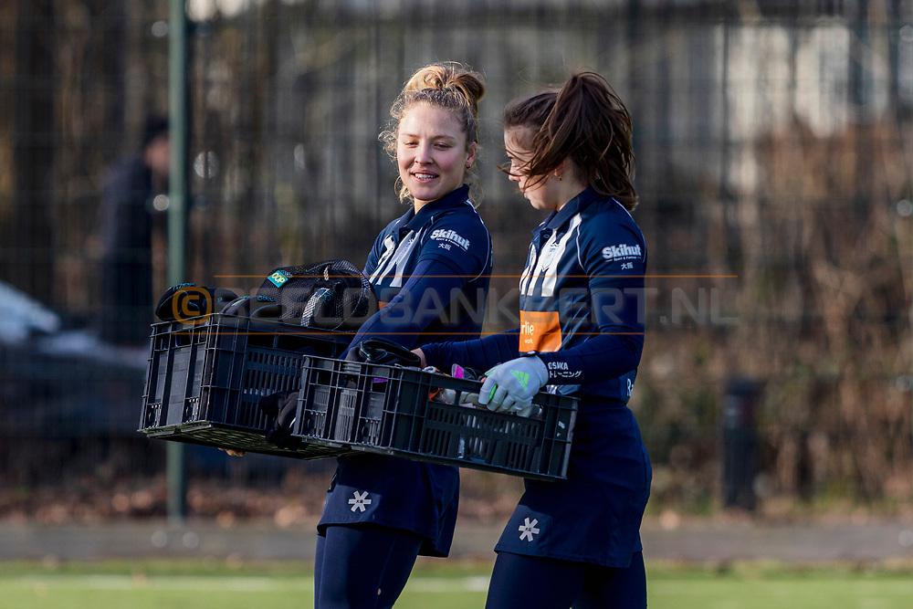 BILTHOVEN -  Hoofdklasse competitiewedstrijd dames, SCHC v hdm, seizoen 2020-2021.<br /> Foto: Manden met beschermingsmateriaal