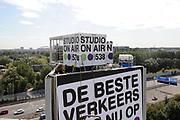 Op maandag 31 augustus presenteert Radio 538 DJ Lindo Duvall samen met sidekick Jelte van der Goot zijn programma vanaf een wel heel bijzondere locatie! Namelijk vanaf een 54 meter hoge snelwegmast langs de A10, ter hoogte van afslag Watergraafsmeer in Amsterdam!<br /> Radio 538 organiseert deze locatie-uitzending langs de A10 ter promotie van een nieuwe verkeersdienst die zij vanaf 31 augustus aan haar luisteraars biedt. Er is een beperkt aantal plaatsen voor pers beschikbaar. Wij vinden het erg leuk als jij er bij bent!  Van 13.30 uur tot 16.00 is er ruimte voor interviews en fotografie met Lindo Duvall en Waylon.<br /> <br /> Op de Foto: