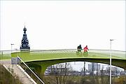 Nederland, Nijmegen, 4-1-2016Snelfietspad naar Arnhem. Op het Groentje, de nieuwe fietsbrug die onderdeel is van het RijnWaalpad. De snelfietsroute heeft weinig obstakels en is daardoor aantrekkelijk om langere afstanden in de regio met de fiets af te leggen. Foto: Flip Franssen
