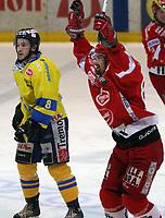 Ishockey  , UPC Ligaen , 28 . november  2005 , Hamar OL -amfihall  ,  Storhamar  v  Stjernen  ( 3-3 etter forlengelse )<br /> <br /> <br /> Henrik Blomqvist , Stjernen jublet etter 3-3 scoring,men det hjalp ikke. Erik Skadsdammen , Storhamar ser bekymret ut.