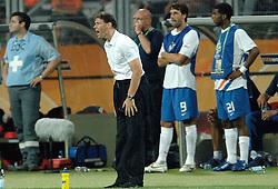25-06-2006 VOETBAL: FIFA WORLD CUP: NEDERLAND - PORTUGAL: NURNBERG<br /> Oranje verliest in een beladen duel met 1-0 van Portugal en is uitgeschakeld / Marco van Basten met op de achtergrond de wissels Ruud van Nistelrooij en Ryan Babel<br /> ©2006-WWW.FOTOHOOGENDOORN.NL
