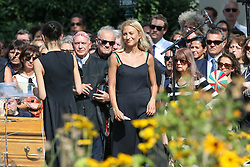 Beerdigung von Sonia Rykiel auf dem Friedhof Montparnasse in Paris / 010916 *** Granddaughter Lola Burstein during the funeral of the late French fashion designer Sonia Rykiel, at the Montparnasse cemetery in Paris, France, September 1 2016.