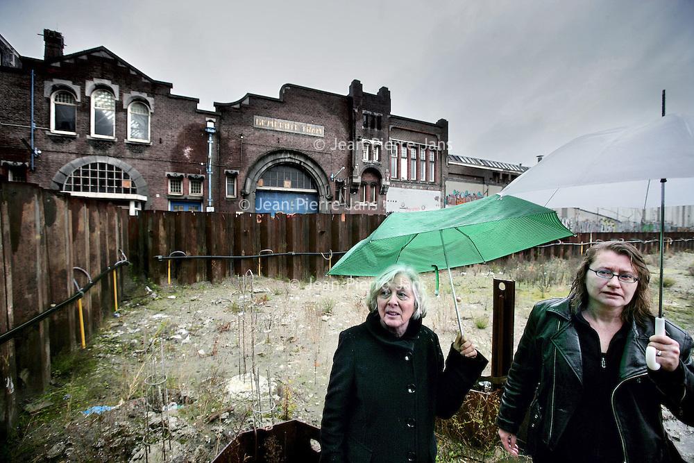 Nederland, Amsterdam , 6 december 2009..Hannah Klont (l) en Anna van den Bergh  op het terrein van de leegstaande hallen bij het Belamyplein.Foto:Jean-Pierre Jans