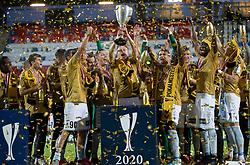 Jublende SønderjyskE-spillere med pokalen efter finalen i Sydbank Pokalen mellem AaB og SønderjyskE den 1. juli 2020 i Blue Water Arena, Esbjerg (Foto Claus Birch).
