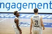 Basketball: Deutschland, 1. Bundesliga, Hamburg Towers -  Telekom Baskets Bonn, Hamburg, 12.02.2021<br /> Enttäuschung bei den Towers: TJ Shorts (l.) und Justus Hollatz<br /> © Torsten Helmke