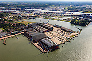 Nederland, Zuid-Holland, Rotterdam, 15-07-2012; Heijplaat (deelgemeente Charlois). Links van het midden het tuindorp. RDM campus, vernoemd naar Rotterdamse Droogdok Maatschappij. Onder in beeld de onderzeebootloods..Heijplaat district in the south of Rotterdam. RDM campus, named after Rotterdam Dry Docks Company, accommodates technical and sustainable educational and the submarine hangar (bottom)..luchtfoto (toeslag), aerial photo (additional fee required).foto/photo Siebe Swart