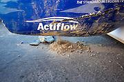 De VeloX V wordt schoongemaakt na de val van Robert Braam. Het Human Power Team Delft en Amsterdam (HPT), dat bestaat uit studenten van de TU Delft en de VU Amsterdam, is in Amerika om te proberen het record snelfietsen te verbreken. Momenteel zijn zij recordhouder, in 2013 reed Sebastiaan Bowier 133,78 km/h in de VeloX3. In Battle Mountain (Nevada) wordt ieder jaar de World Human Powered Speed Challenge gehouden. Tijdens deze wedstrijd wordt geprobeerd zo hard mogelijk te fietsen op pure menskracht. Ze halen snelheden tot 133 km/h. De deelnemers bestaan zowel uit teams van universiteiten als uit hobbyisten. Met de gestroomlijnde fietsen willen ze laten zien wat mogelijk is met menskracht. De speciale ligfietsen kunnen gezien worden als de Formule 1 van het fietsen. De kennis die wordt opgedaan wordt ook gebruikt om duurzaam vervoer verder te ontwikkelen.<br /> <br /> The Human Power Team Delft and Amsterdam, a team by students of the TU Delft and the VU Amsterdam, is in America to set a new  world record speed cycling. I 2013 the team broke the record, Sebastiaan Bowier rode 133,78 km/h (83,13 mph) with the VeloX3. In Battle Mountain (Nevada) each year the World Human Powered Speed Challenge is held. During this race they try to ride on pure manpower as hard as possible. Speeds up to 133 km/h are reached. The participants consist of both teams from universities and from hobbyists. With the sleek bikes they want to show what is possible with human power. The special recumbent bicycles can be seen as the Formula 1 of the bicycle. The knowledge gained is also used to develop sustainable transport.