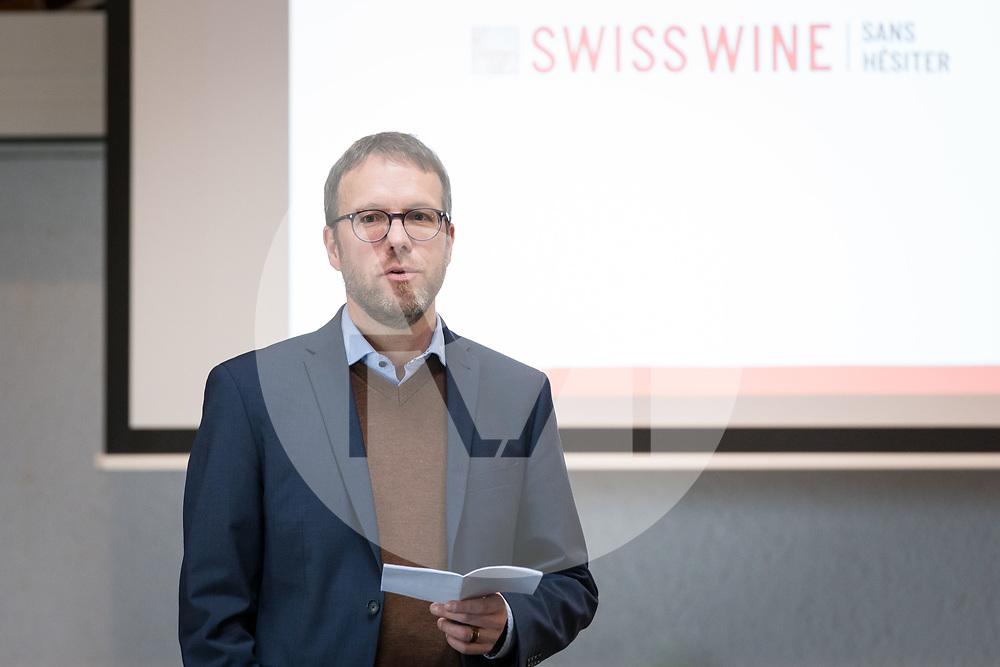 SCHWEIZ - TOLOCHENAZ - Roland Wyss-Aerni,<br /> Präsident Schweizer Agrarjournalisten, spricht am SAJ-Neujahrsapéro bei Cave de la Côte - 23. Januar 2020 © Raphael Hünerfauth - http://huenerfauth.ch