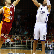 Galatasaray's Engin Atsur (L) and Anadolu Efes's Jordan Farmar (R) during their BEKO Basketball League match Galatasaray between Anadolu Efes at the Abdi Ipekci Arena in Istanbul at Turkey on Sunday, February 17, 2013. Photo by Aykut AKICI/TURKPIX