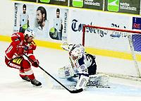 Ishockey , 27. oktober 2013 , Getligaen , Eliteserien herrer<br /> Tønsberg - Sparta<br /> David Hallström , Tønsberg , scorer på Anders Johansson , Sparta
