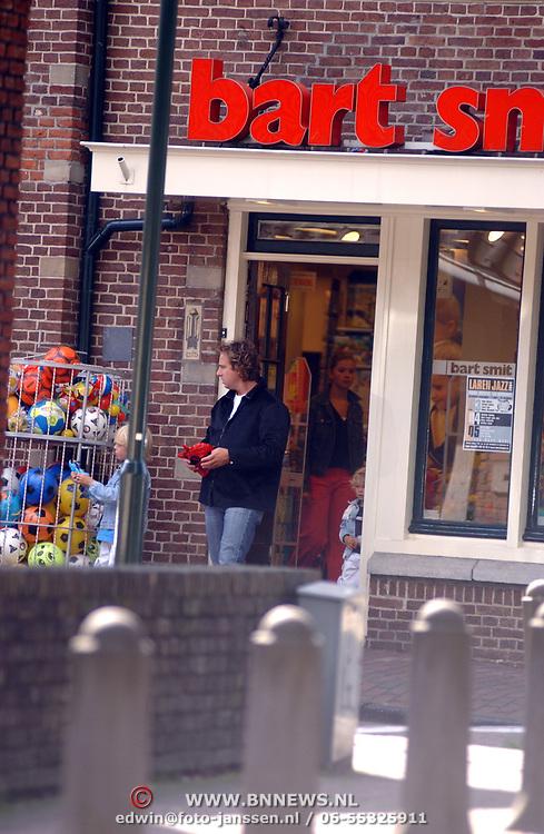 Marco Borsato met kinderen Luca, Senna en Jada winkelend in Laren met schoonzus Laura Ruiters