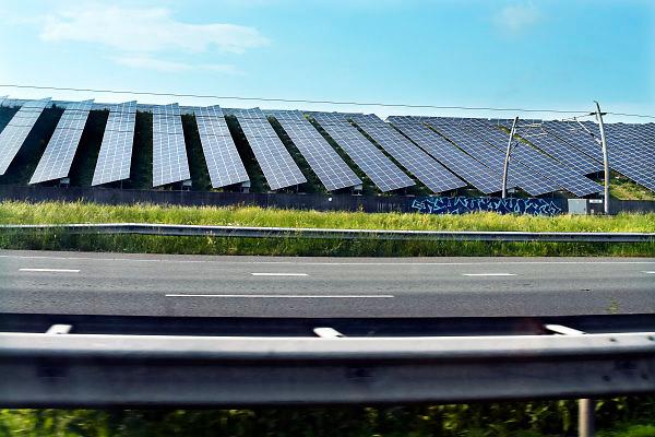 Nederland, the Netherlands, 17-5-2018Langs de snelweg A15 bij Tiel en Geldermalsen heeft de Avri een afvalberg, vuilnisberg, omgebouwd toto zonnepark . Het verkeer op de a 15 rijdt er vlak langs. Er staan 34.000 panelen . Er is twijfel of in nederland de schaarse grond gebruikt zou moeten worden voor dt soort energieproductie, met name landbouwgrond en weilanden .Foto: Flip Franssen
