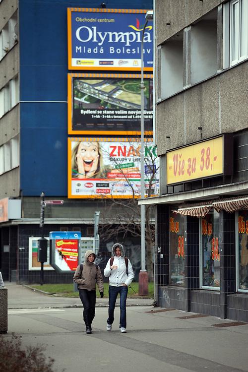 Strassenszene in der Naehe der Skoda Autowerke im Zentrum von Mlada Boleslav. Mlada Boleslav liegt noerdlich von Prag und ist ungefaehr 60 Kilometer von der tschechischen Haupstadt entfernt. Skoda Auto beschäftigt in Tschechien 23.976 Mitarbeiter (Stand 2006), den Grossteil davon in der Zentrale in Mlada Boleslav. Damit sind mehr als 3/4 aller Erwerbstätigen der Stadt in dem Automobilkonzern tätig.<br /> <br />                                       Street scene close to the Skoda factory in the city of Mlada Boleslav. The city is located north of Prague and about 60 km away from the Czech capital. Skoda Auto has about 23.976 employees (2006) in Czech Republic and a big part of them is working in Mlada Boleslav. 3/4 of the working population in Mlada Boleslav is working for the Skoda Auto company.