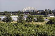 Nederland, Nijmegen, 24-2-2005Gezicht op de waalbrug vanaf Lent. Dit gebied zal in de toekomst een eiland worden vanwege de aanleg van een extra watergeul in de Waal om bij extreem hoogwater meer waterafvoer in de Waal te hebben om dijkdoorbraak te voorkomen. FOTO: FLIP FRANSSEN