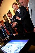 """Z.K.H. Willem Alexander  de Prins van Oranje verricht de opening van het Geldmuseum te Utrecht . / Prince Willem Alexander opens the new money museum in Utrecht.<br /> <br /> Rondleiding door de """"schatkamer""""van het geldmuseum / Tour trough the """"treasure room""""of the moneymuseum."""