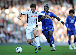 23.10.2011, Craven Cottage, London, ENG, PL, FC Fulham vs FC Everton, im Bild Everton's Royston Drenthe in action against Fulham's Zdenek Grygera during the Premiership match at Craven Cottage // during the Premier League match between FC Fulham vs FC Everton, at Craven Cottage stadium, London, United Kingdom on 23/10/2011. EXPA Pictures © 2011, PhotoCredit: EXPA/ Propaganda Photo/ Chris Brunskill +++++ ATTENTION - OUT OF ENGLAND/GBR+++++