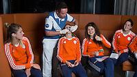 ZWOLLE - Carlien Dirkse vd Heuvel en Roos Drost. Bitje happen voor de vrouwen van het Nederlands hockeyteam, Het aanmeten van een mondbeschermer. in aanloop van de Champions Trophy in Mendoza (Argentinie).rechts Marloes Keetels, links Valerie Magis.   COPYRIGHT KOEN SUYK