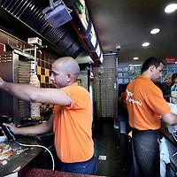 Nederland, Amsterdam , 14 juli 2011..Doner company tegenover Centraal Station voor broodjes Kebab, pizza etc....Döner sandwich shop in Amsterdam. Rise of the Doner chains.