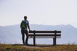 THEMENBILD - eine Wanderin neben einer Sitzbank auf der Schmittenhöhe. Ein beliebtes Ausflugsziel für Wanderer, aufgenommen am 30. Juli 2020, Zell am See, Österreich // a female hiker next to a bench on the mountain Schmitten. A popular excursion destination for hikers on 2020/07/30, Zell am See, Austria. EXPA Pictures © 2020, PhotoCredit: EXPA/ JFK