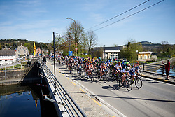 The peloton happy with the gap to the lone leader, Schweizer at La Flèche Wallonne Femmes 2018, a 118.5 km road race starting and finishing in Huy on April 18, 2018. Photo by Sean Robinson/Velofocus.com