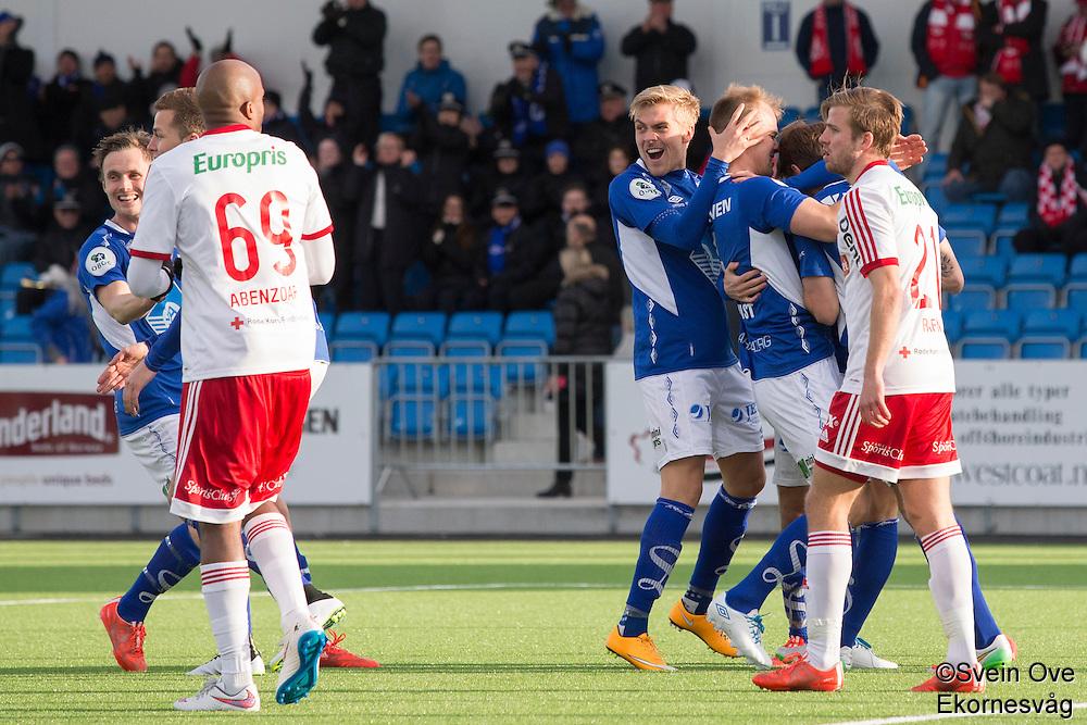 1. divisjon fotball 2015: Hødd - Fredrikstad.  Høddspillerne feirer 1-0 scoringen til Joakim Wrele i førstedivisjonskampen mellom Hødd og Fredrikstad på Høddvoll.