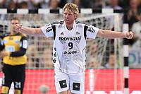 BILDET INNGÅR IKEK I FASTAVTALER. ALL NEDLASTING BLIR FAKTURERT.<br /> <br /> Håndball<br /> Tyskland<br /> Foto: imago/Digitalsport<br /> NORWAY ONLY<br /> <br /> Kiel, 20. September 2015 Handball, Saison 2015/2016, Bundesliga, 6. Spieltag, THW Kiel - SC Magdeburg: Erlend Mamelund (THW Kiel, 9) jubelt nach einem Treffer, Dario Quenstedt (SC Magdeburg, 21) steht frustriert im Hintergrund