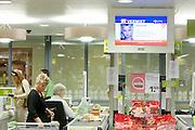 In een Plus supermarkt in De Meern wordt een fictive vermissing gemeld met behulp van Amber Alert. Via beeldschermen in winkelcentra, buurthuizen etc wordt melding gemaakt van het Amber Alert. De dienst is opgezet om de politie te helpen bij het opsporen van vermiste kinderen en wordt alleen in de hoognodige gevallen gebruikt..FICTIEVE MELDING<br /> <br /> An Amber Alert on a screen in a supermarket. Fictive alarm!
