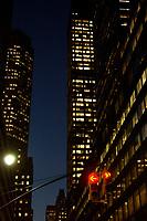21 NOV 2003, NEW YORK/USA:<br /> Eine rote Verkehrsampel und Verkehrsschilder vor der naechtlichen Hochhauskulisse  von Manhatten, New York<br /> IMAGE: 20031121-02-065<br /> KEYWORDS: Taxi, Strasse, Nacht