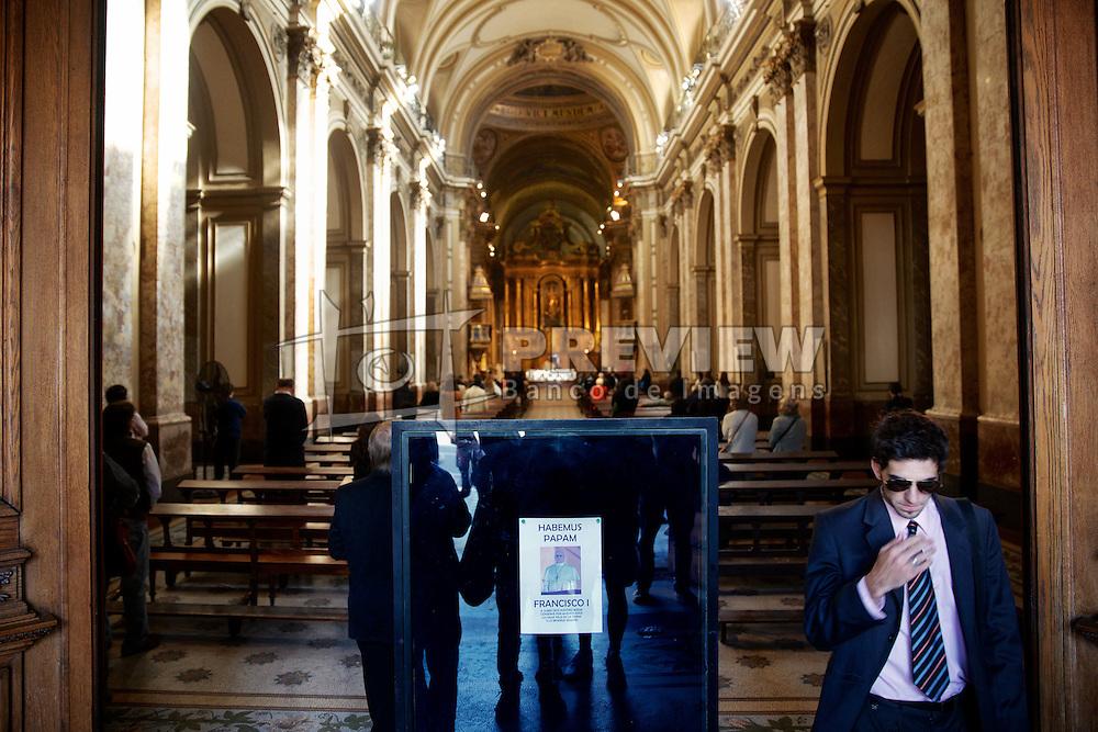 Cartaz anunciando Francisco I como Papa na entrada da Catedral Metropolitana de Buenos Aires. A catedral é a principal igreja católica em Buenos Aires, capital da Argentina e onde Jorge Mario Bergoglio, então cardeal, celebrava suas orações. FOTO: Jefferson Bernardes/Preview.com
