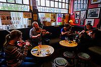 République d'Irlande, Dublin, musiciens dans le pub Cobblestone dans Smithfield // Republic of Ireland; Dublin, musicians at The Cobblestone pub in Smithfield