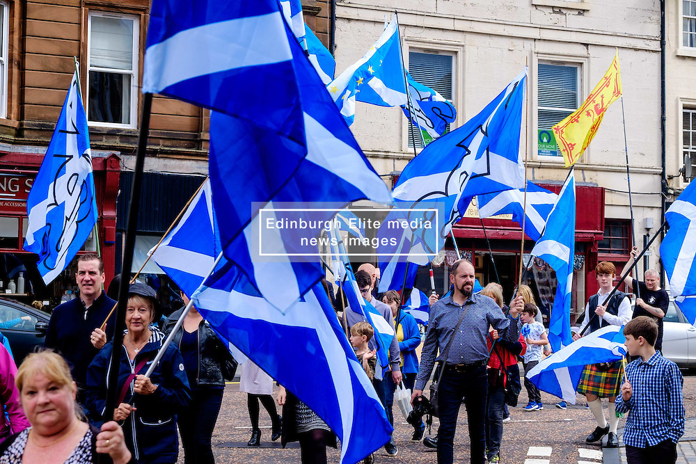 Lanark, Scotland, UK 20th August 2016   A march and ceremony to commemorate the death of Scottish Hero William Wallace (23rd August 1302) held on Saturday 20th August 2016.  Wallace has strong connections with the town of Lanark. Marchers carry Saltire flags.<br /> <br /> (c) Andrew Wilson   Edinburgh Elite media