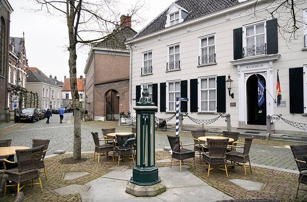 Nederland, Ravenstein, 13-4-2018Een vestingstad aan de Maas, in de gemeente Oss, in de Nederlandse provincie Noord-Brabant . De historische binnenstad telt verschillende rijksmonumenten . Het oude raadhuis waar nu de VVV in zetelt, en de dorpspomp .Foto: Flip Franssen