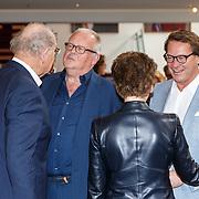 NLD/Amsterdam/20150529 - Uitreiking Johan Kaart prijs 2015, Joop van den Ende en partner Jeanine in gesprek met Guus Verstraete en Albert Verlinde