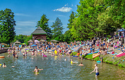 Mrągowo 2019-08-11. Letni wypoczynek na plaży miejskiej w Mrągowie mieście w województwie warmińsko-mazurskim, popularnym ośrodku wypoczynkowym na Mazurach.