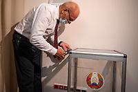 Bialystok, 04.08.2020. Poczatek przedterminowego glosowania w wyborach prezydenckich na Bialorusi w Konsulacie Generalnym Republiki Bialorus w Bialymstoku. Przedterminowe glosowanie w wyborach prezydenckich na Bialorusi rozpoczelo sie dzis (wtorek) i potrwa do soboty. Wlasciwym dniem wyborow prezydenckich jest niedziela 9 sierpnia. Opozycja apeluje do wyborcow, by nie glosowali przed tym dniem, poniewaz wczesniejsze glosowanie umozliwia falszerstwa. N/z czlonek komisji wyborczej oplombowuje urna wyborcza przed rozpoczeciem glosowania fot Michal Kosc / AGENCJA WSCHOD
